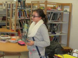 Juline présente une nouveauté du CDI qu'elle adore, la bande dessinée